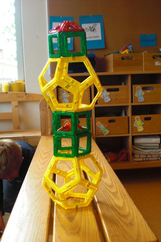 Turm aus magnetischen Geofiguren