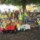 Kinder sammeln Müll ein