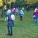 Kinder auf der Streuobstwiese