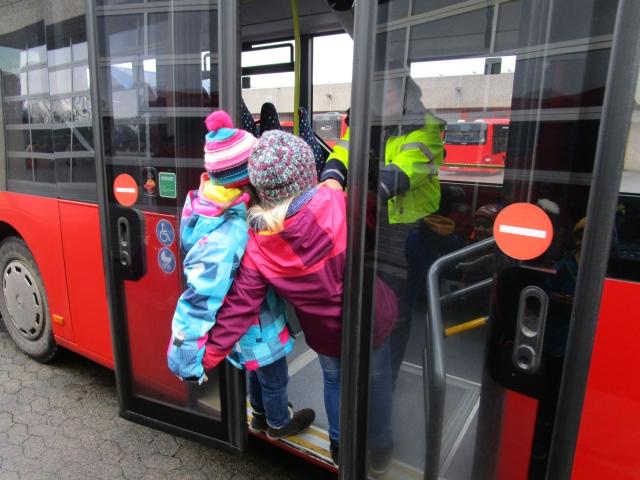 Kinder werden in der Bustür eingeklemmt