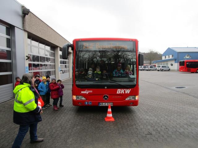 Kinder nehmen an der Busschulung teil