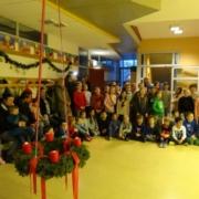 Kinder, Eltern und Lehrer beim Adventssingen