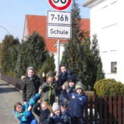 Kinder freuen sich über die aufgestellten Schilder für die 30er - Zone