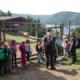 Kinder mit dem Ranger im Tierpark