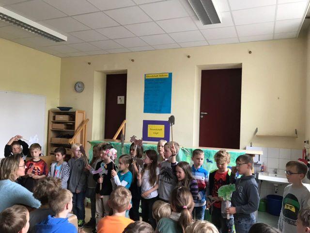 Kinder führen 'Das kleine ich bin ich' auf