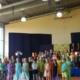 Kinder singen und spielen in einem Theaterstück